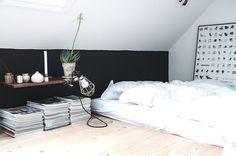 dormitorio de un piso de estudiantes, sin somier, pared en dos colores : via MIBLOG