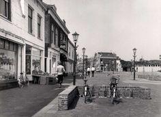atering tot: 1977-12-31 Beschrijving: Het begin van de Lange Kerkstraat gezien vanaf de Broersvest in de richting van de Kreupelstraat