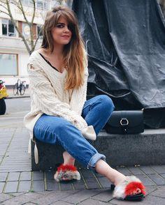 Warning: you may not like this look. Reason: the footwear. All about these Faux fur slides on today's post... hope you like it!  . .  Aviso: quizás no os guste el look de hoy. Razón: el calzado. Si queréis saber más sobre mis nuevos zuecos de pelo y este jersey tan bonito de cordones no os perdáis el post de hoy. Feliz jueves!  #bloggerspain #fashionworld #fashionblogger #bloggeruk #London