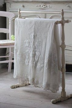 linens and lace White Cottage, Shabby Cottage, Cottage Chic, Cottage Style, White Farmhouse, Vintage Shabby Chic, Vintage Lace, Vibeke Design, Living Vintage