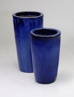Twee cilindervormige bloempotten in een diepblauwe rustgevende kleur.