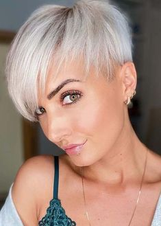 See here best ever styles of short pixie haircuts with blonde shades and bangs look. You may easily make your whole look extra charming by wearing this latest pixie cut in year 2020. Pixie Haircut Styles, Short Pixie Haircuts, Pixie Hairstyles, Hairstyles With Bangs, Pixie Styles, Short Hair Lengths, Short Hair With Bangs, Short Hair Cuts For Women, Short Hairstyles For Women
