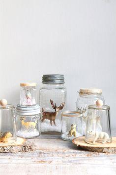 Süßes Vintage Einmachglas mit eine kleine Welt im Inneren  Bindfäden und Papier-Deckel  gefüllt mit einem Rentier Figur und etwas Schnee    das süßeste Geschenk macht!    6 x 4