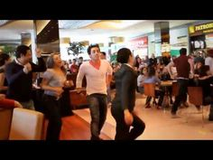 Mamma Mia! - Flash Mob no Shopping Vila Olímpia    I would so have gotten up and joined them!