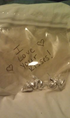 We always exchange gifts of Valentine's Day, but this year I decided to do something sweet for Mike each day up until V-day starting on Feb 1. It doesn't have to be a present, just something sweet to show him I love him. Feb 1 - I put some chocolate kisses in his lunchbox and wrote a sweet note.