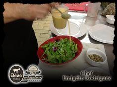 """Una probadita de la elaboración del platillo creado por nuestro #EmbajadoresBeee Chef Emigdio Rodriguez Lopez: Ensalada de Hojas, Queso de Cabra Beee Ceniza, pera, pimiento, y aderezo de naranja y ajonjolí:  """"3. Agregar unas tres cucharadas del aderezo de naranja y ajonjolí y mezclar cuidadosamente"""""""