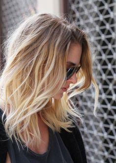 braun blond ombre in hellen farben frau mit brille alltagsfoto natürlich model