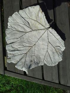 Raparperin lehti muottina ja betoni materiaalina. Idea täältä.