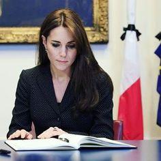 Le prince William et la duchesse Catherine de Cambridge ont signé dans l'après-midi du 17 novembre 2015 à l'ambassade de France à Londres le registre de condoléances ouvert suite aux attentats terroristes qui ont fait 129 morts à Paris le 13 novembre.
