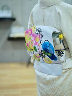 『CandyCircus3 /蝶々』 真っ先に『織りもの??』と言われますが、シルク100%で織り上げた袋帯です。万人受けはしない帯ですが、大好きな方はとことんまでハマって頂いています。  作家 舟田潤子氏の特長である色を織で表現するために、となみ織物の中でも一番豊かな表現力を持つ紹巴織。そこに新たな織り技法を交え、表現をしています。  実際に実物を見て頂きたい帯です。  #CandyCircus #となみ帯 #袋帯 #袷着物 #着物コーディネート