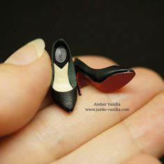 1:12 scale miniature shoes. Pointed toe pumps . #miniature #miniatures #dollhouse #miniatureart #handmade #instagramjapan #instagram #ateliervanilla #ateliervanillaminiatures #ミニチュア #ドールハウス #ハンドメイド #shoes #leather #leathercraft #highheels #ハイヒール #靴 #レザークラフト #ポインテッドトゥパンプス #ルブタン風 #christianlouboutin #pointedtoepumps