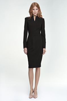 Allure ultra féminine pour cette robe décolletée noire ajustée. Sobre et chic, elle deviendra très vite LA petite robe noire de votre dressing intemporelle.
