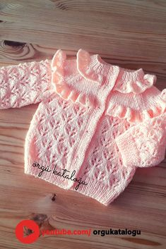 Let's learn together your own fashion accessories, basic and other creative points, techniques and tips to learn or develop the art of crochet and kni. Baby Cardigan Knitting Pattern Free, Knitted Baby Cardigan, Baby Hats Knitting, Baby Knitting Patterns, Knitted Hats, Kids Dress Wear, Baby Vest, Baby Sweaters, Baby Cards