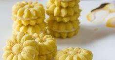 حلوى فرنسية    المكونات:    - 1 كيلو طحين حلويات منخول.    - 2 ⅓  كوب زبد فى حرارة الغرفة.    - ¼ كيلو سكر بودرة.    - 2 بيضة.    - 2...