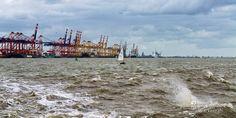 nice Fotografie »Segeljolle im rauen Wasser der Weser Bremerhaven – Panorama«,  #Hafenbilder