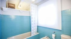 Decorar baño grande y luminoso en blanco y azul - General