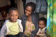 Sintayehu era cantante. En pocos meses, su salud empezó a deteriorarse y tuvo que dejar el trabajo y los únicos ingresos que tenía para su familia. En el centro de salud le fue diagnosticado el virus del VIH. A pesar de todas las dificultades a las que Sintayehu ha tenido que enfrentarse no ha dudado ni un minuto en seguir luchando por sus hijos. Ahora, tiene una pequeña máquina de coser que le permite tener su propio negocio para mantener a sus dos niños.   © 2012 Aklilu Kassaye/World…