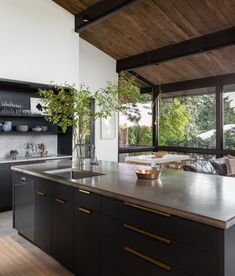 Chic midcentury modern renovation surrounded by woods in Seattle - Design della cucina Home Decor Kitchen, Interior Design Kitchen, Modern Interior Design, Kitchen Ideas, Midcentury Modern Interior, Modern Decor, Contemporary Interior, Midcentury Modern Living Room, Natural Modern Interior