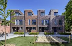 they look like boxes. Home Architecture Styles, Brick Architecture, Residential Architecture, Uk Housing, Social Housing, Habitat Groupé, Townhouse Designs, Narrow House, Affordable Housing