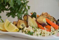 Sült zöldséges kuszkusz recept képpel. Hozzávalók és az elkészítés részletes leírása. A sült zöldséges kuszkusz elkészítési ideje: 40 perc Cobb Salad, Potato Salad, Buffet, Potatoes, Vegan, Chicken, Ethnic Recipes, Food, Minden