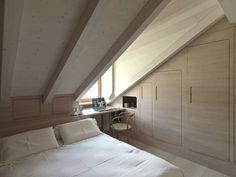 Una mansarda in Val Pusteria, disegnata con spazi multifunzionali e che privilegia l'uso del legno nell'arredamento e nei rivestimenti.