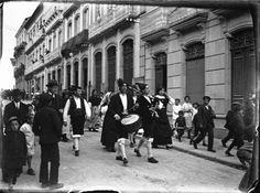 Gaiteiros pola rúa do Teatro, Lugo. Ca. 1920. Placa de cristal. Bromuro rápido ou clorobromuro lento. 4,4 x 5,9 cm.