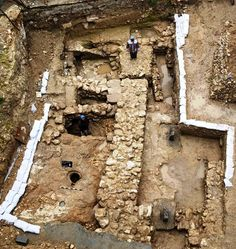 Buildings Jesus knew - Excavations in Nazareth: the houses ordinary people lived in usually had rough stone foundations and mud-brick walls Cultura Judaica, Arte Judaica, Archaeological Discoveries, Archaeological Site, Jewish History, Ancient History, Jesus Childhood, Terra Santa, Site Archéologique
