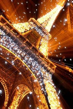 Breathtaking picture of the Eiffel Tower...LOVE Paris! When i first visited the City i Fell in Love with it immediately!