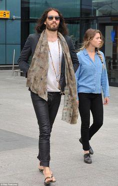 Russell Brand está saliendo con la hija de Chelsea Handler