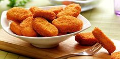 Eu amo os nuggets industrializados, mas prefiro fazer os meus próprios nuggets de frango caseiros, além de simples. Nuggets de Frango Caseiros.