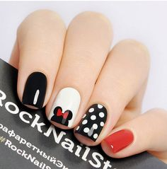 False nails have the advantage of offering a manicure worthy of the most advanced backstage and to hold longer than a simple nail polish. The problem is how to remove them without damaging your nails. Minnie Mouse Nails, Mickey Mouse Nails, Pink Minnie, Disneyland Nails, Disneyland Trip, Disneyland Ideas, Disney Nail Designs, Super Nails, Simple Nail Designs