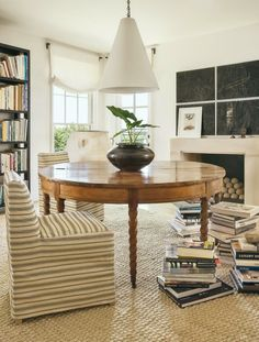 library table in study or home office with high contrast and texture Design Blog, Home Design, Design Ideas, Design Art, Home Office, Library Table, Library Room, Home Trends, Vintage Modern