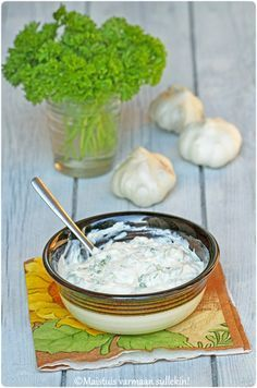 Etenkin kesäaikaan ruokien kanssa maistuvat erilaiset kylmät kastikkeet. Tämän raikkaan kastikkeen maustaa valkosipuli, jonka kynnet on...