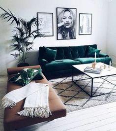 salon-minimaliste-tapis-berbère-sofa-en-cuir-marron-et-sofa-vert-photographie-de-Kate-Moss