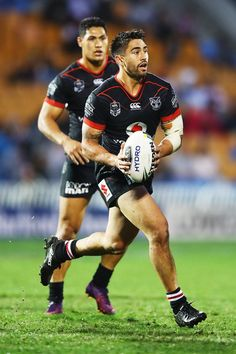 Shaun Johnson Photos - Shaun Johnson of the Warriors makes a break during the round nine NRL match between the New Zealand Warriors and the Sydney Roosters at Mt Smart Stadium on April 2017 in Auckland, New Zealand. - NRL Rd 9 - Warriors v Roosters Wests Tigers, Hot Rugby Players, Sports Organization, New Zealand Rugby, Australian Football, Rugby Men, Soccer Gear, Rugby League, Dapper Men