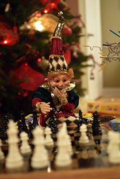 Le retour des lutins en banlieue Elves And Fairies, Santas Workshop, Santa Christmas, Elf On The Shelf, Shelf Ideas, Bokeh, Display Ideas, Decorations, Diy Creative Ideas