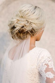 classic wedding hairstyles messy structured with bridal veil hair and make-up of . veil hair hairstyles classic wedding hairstyles messy structured with bridal veil hair and make-up of . Classic Wedding Hair, Messy Wedding Hair, Wedding Hair And Makeup, Wedding Veils, Wedding Hair Accessories, Hair Makeup, Timeless Wedding, Wedding Dresses, Bridal Veils