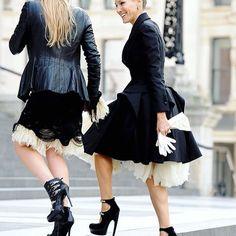 Quem foi que disse que vestidos não podem ser usados nos dias mais frios? Vem pro nosso blog conferir todas as dicas sobre vestidos, essa peça que tanto amamos ❤ blog.ameyoficial.com.br #amey #look #black #dress #fashion #trend #love #blog #ficadica #vestidos #style #ootd #igers #instamood #instagood