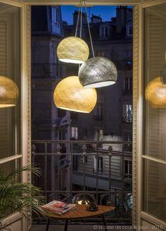 Paris la nuit. Ce luminaire triple est composé avec: 1 S ficelle - 1 M graphite - 1 L moutarde. 1 suspension triple gris foncé 80-100-120 cm. Retrouvez toutes nos suggestions sur http://www.lacasedecousinpaul.com/fr/collections/coupoles