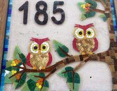 """Trabalhos em Mosaico"". ""Mosaico Decorativo"". ""Mosaico Curitiba"". Mosaico sob encomenda"".""Mesa em Mosaico"".""Quadro em Mosaico"".""Numero em Mosaico"" Owl Mosaic, Mosaic Birds, Mosaic Art, Mosaic Crafts, House Numbers, Mosaic Patterns, Stained Glass Art, Decoration, Christmas Ornaments"