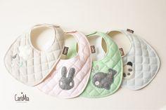Baberos acolchados (bib, bibs) para bebes de 0 a 7 meses con aplicaciones de fieltro.  Hecho a mano!  Bib, baby bib, bibs, felt, quilt, handmade, quilting, baby, craft www.facebook.com/micaromia