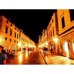 Instagram【tomo_tera】さんの写真をピンしています。 《プラツァ通り。ドゥブロヴニクのメインストリート。 #クロアチア #🇭🇷 #ドゥブロヴニク #ドゥブロブニク #ドブロブニク #旧市街 #世界遺産 #中世 #プラツァ通り #夜景 #croatia #dubrovnik #placa #stradun #nightview #worldheritage #oldtown #croatiagram #instatravel #travel #travelgram #holiday #vacation》