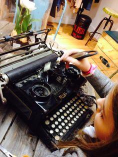 Julia reparando la máquina de escribir del bisabuelo