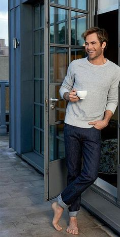 Chris Pine - look at those feet! Chris Pine Twitter, Liam Hamsworth, Fashion Moda, Mens Fashion, Fashion News, Gorgeous Men, Beautiful People, Barefoot Men, Raining Men