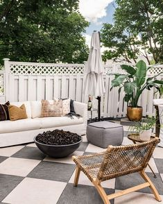 City backyard modern oasis with sofa and firepit, design by West of Main Outdoor Fire, Outdoor Lounge, Outdoor Spaces, Outdoor Living, Outdoor Decor, Country Patio, Seattle Homes, Patio Design, Firepit Design