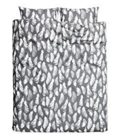 Harmaa/Höyhenet. Parivuoteen pussilakanasetti ohutta painokuvioista puuvillakangasta. Kaksi tyynyliinaa. Lankanumero 30, lankatiheys 144.