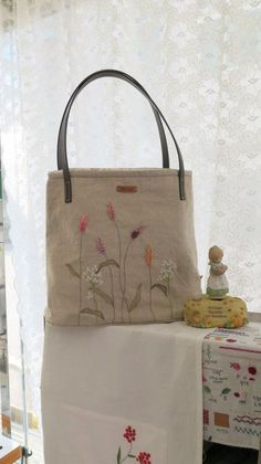 Embroidery Bags, Hand Embroidery Stitches, Hand Embroidery Designs, How To Make Purses, Burlap Projects, Jute Bags, Boho Bags, Simple Bags, Fabric Bags