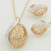 $3.99 Charming Luxury Golden Hollow Leaves Crystal Necklace