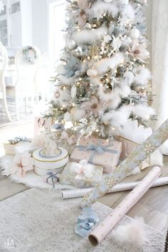 41 Elegant Christmas Tree Ideas For Living Room. Christmas is a great time of the year and a perfect occasion to set up a Christmas tree and to buy Christmas decoration for the whole house. White Flocked Christmas Tree, Elegant Christmas Trees, Decoration Christmas, Christmas Tree Design, Christmas Tree Themes, Christmas Mantels, Gold Christmas, Outdoor Christmas, Christmas Home
