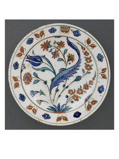 Plat à la grande feuille saz, tulipe et jacinthes - Musée national de la Renaissance (Ecouen) (RMN)